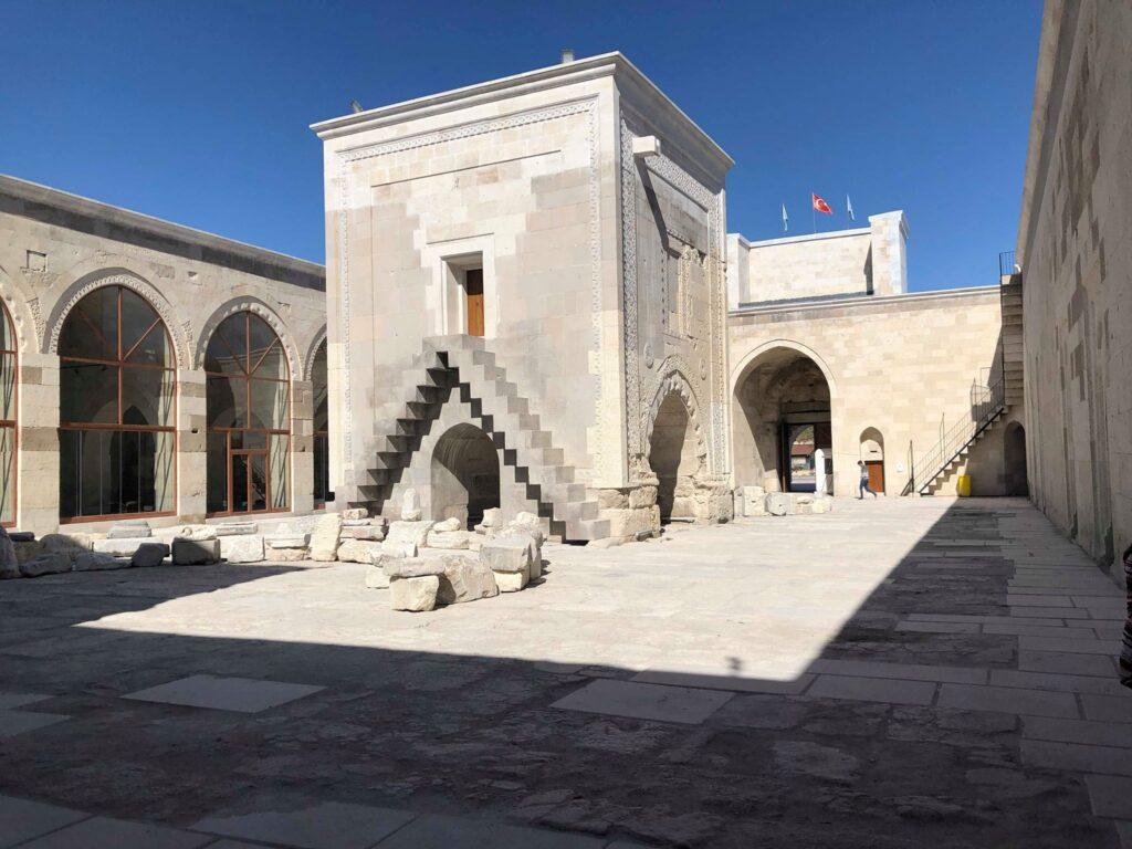 karavanestation i tyrkiet 1024x768 - Sultanhani karavanestation - den største i Tyrkiet.