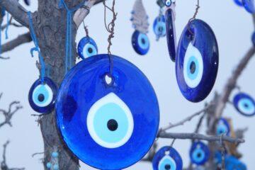 nazar, nazar boncuk, det tyrkiske øje, det onde øje, det blå øje i tyrkiet, den tyrkiske lykkeamulet, tyrkisk overtro, overtro i tyrkiet
